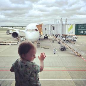 Hoe overleef je een lange vlucht met een baby of peuter op jeschoot